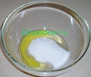 яйцо с сахаром в миске