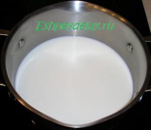 пол литра молока в кастрюле