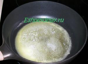 растопленный кусок сливочного масла