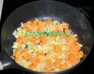 обжаренная морковь с чесноком и луком