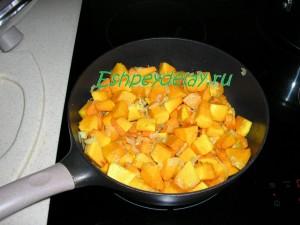 обжаренная тыква с луком и морковью