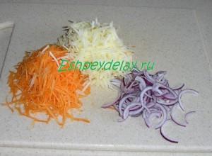 тертые яблоко, морковь и лук