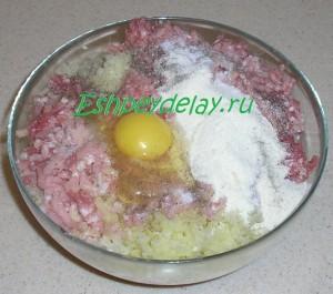 фарш из мяса и капусты с яйцом и мукой