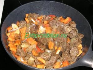 мясо жареное с морковью и перцем