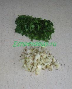 нарезанные чеснок и зелень