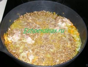 гречка в сковороде с тушенкой и овощами