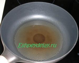растительное масло в сковороде