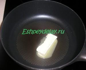 кусок сливочного масла в сковороде