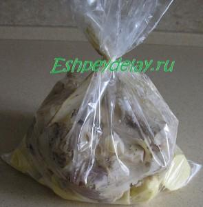 пакет с куриными ножками и картошкой