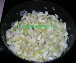 обжаренные яблоки с луком