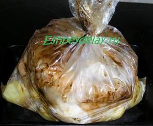 пакет с запеченными куриными ножками и картошкой