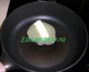 кусок масла на сковороде
