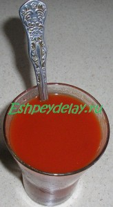 томатная паста в стакане с водой