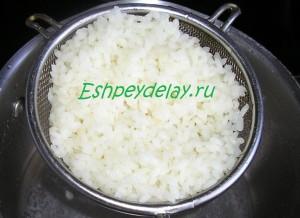 вареный рис на сите