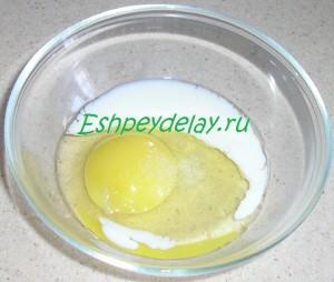 яйцо с молоком в миске
