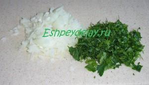 лук и зелень мелко порезанные