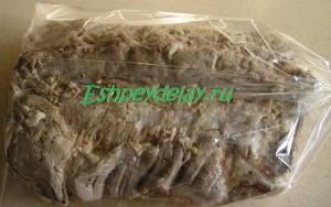 кусок свинины в пакете для запекания