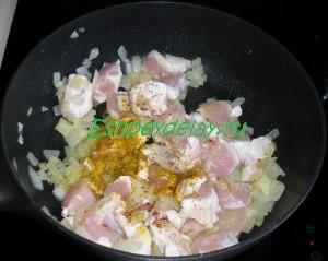 куринное филе со специями и жареным луком
