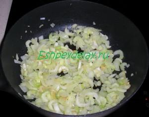 сельдерей обжаренный с луком и чесноком