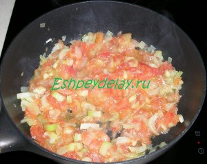 помидоры обжаренные с луком и сельдереем