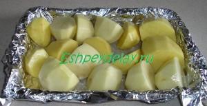 половинки картофеля на фольге