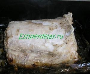 кусок мяса в духовке