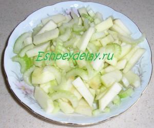 сельдерей и яблоко в салатнице