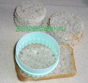 вырезаем хлеб формочкой