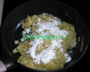 мука с обжаренным луком на сковороде