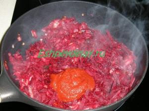 обжаренные свекла и лук с томатной пастой