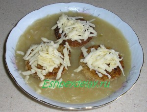 Французский луковый суп с гренками и сыром