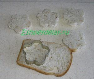 вырезаем фигурные гренки из хлеба