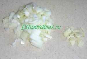 порезанный лук с чесноком