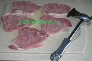 отбитые кусочки свинины