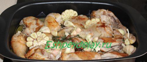 Курица с чесноком на листе для запекания