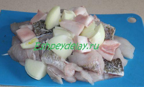 кусочки судака с луком и салом