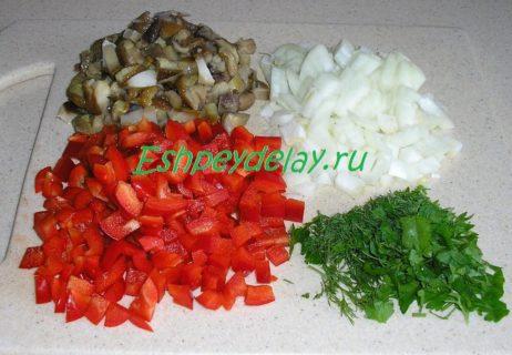 нарезанные овощи и грибы
