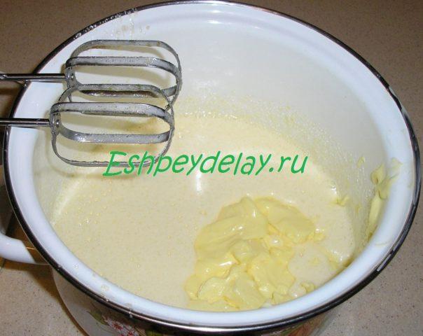 сливочное масло в взбитых яйцах