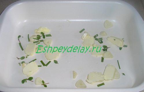чеснок, тимьян и укроп на листе для запекания