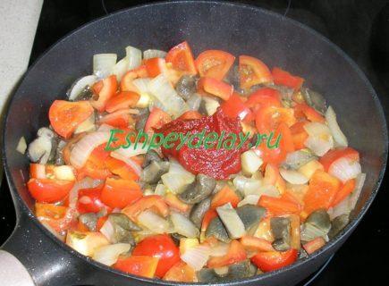 грибы обжареные с овощами и томатной пастой