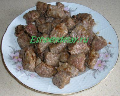 куски обжаренного мяса