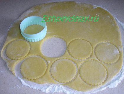 формочкой вырезаем из теста печенье