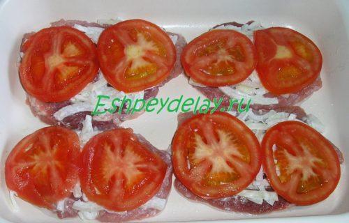 свиные отбивные с луком и помидорами
