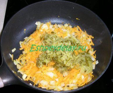 соленый огурец с морковью и луком на сковороде