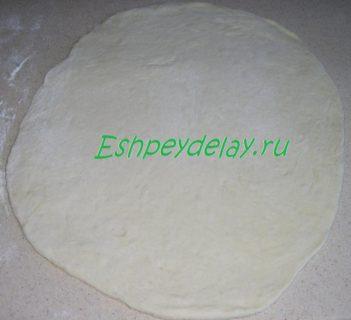 раскатанное тесто для рыбного пирога