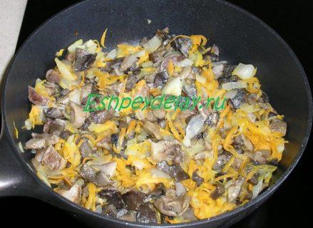 жареные грибы с луком и морковью