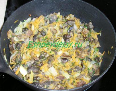 жареные грибы с укропом и морковью с луком