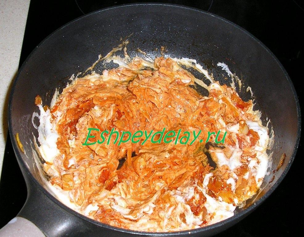 обжаренная томатная паста с сметаной и овощами