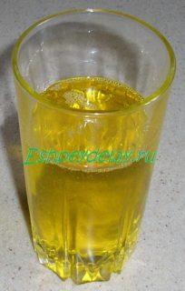 растительное масло в стакане