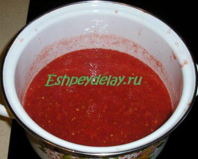 тертые помидоры в кастрюле